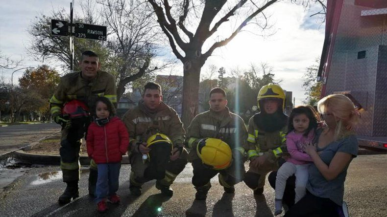 Bomberos héroes rescataron a una gatita atrapada en un árbol
