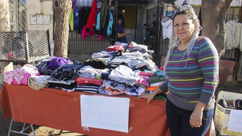 La vecina de corazón gigante: instaló un puesto en la vereda de su casa para regalar ropa de invierno