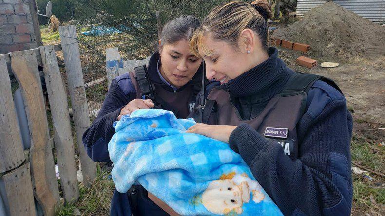 Policías de Bariloche que asistieron un parto se reencontraron con el bebé