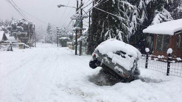 Una tormenta de nieve azota a Bariloche y prohíben los autos en la ciudad