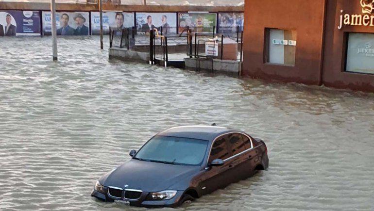 Marejada: el agua avanzó sobre la ciudad en Comodoro Rivadavia