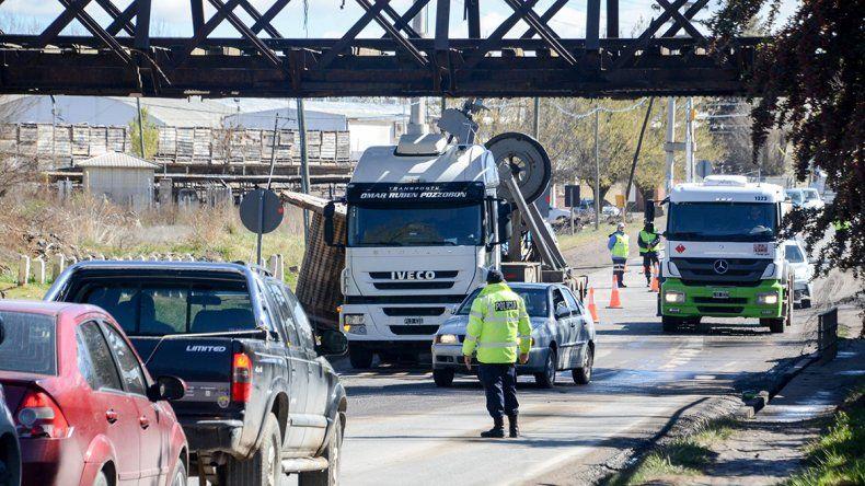 Un camión chocó contra el puente ferroviario y se suspendió el servicio del Tren del Valle