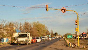 El semáforo de la Ruta 22 cambió el tránsito en la zona urbana