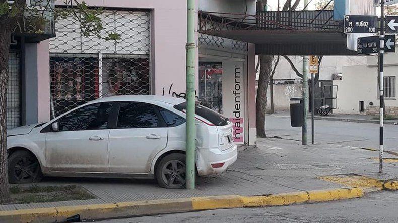 Se quedó dormido al volante y chocó contra un comercio: una persona resultó herida