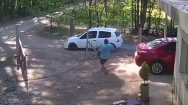 Como si nada, entró al patio de una casa mientras la familia desayunaba y se robó el generador