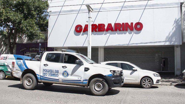 Dos motochorros armados protagonizaron un violento robo en el local de Garbarino
