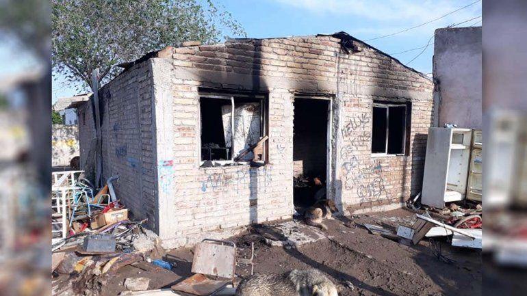 Incendiaron la vivienda del adolescente que violó a una beba en Allen