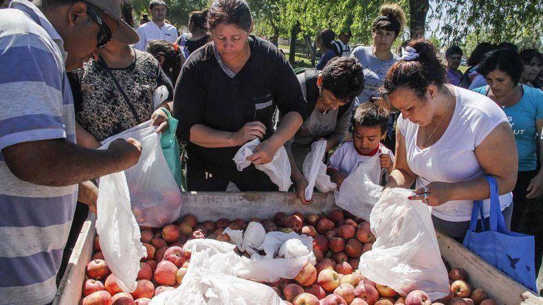 La entrega de manzanas gratis convocó una multitud