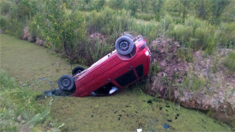 Un joven perdió el control y cayó con su auto a un desagüe: se salvó de milagro