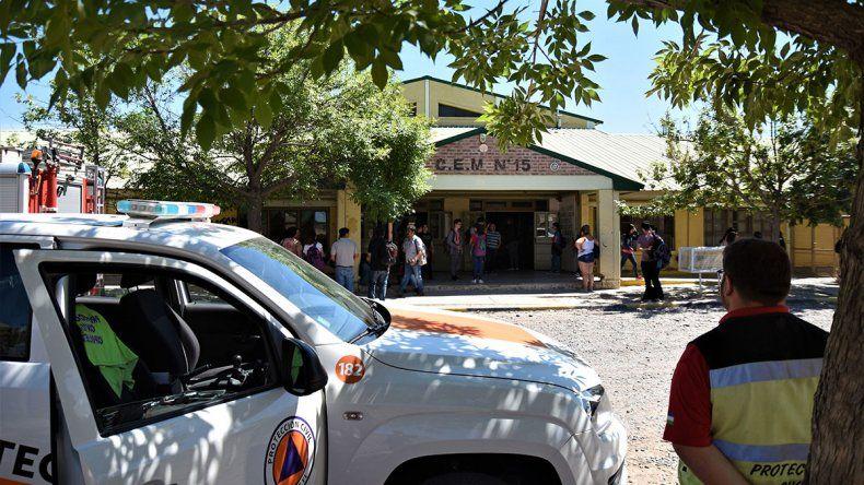 Evacuaron y suspendieron las clases por la emanación de gases tóxicos en la ESRN 15