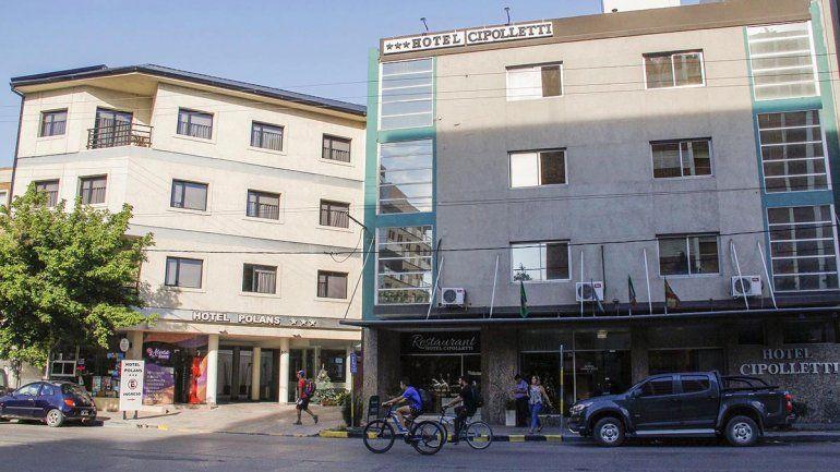 Un hombre está grave tras caer del tercer piso de un hotel del centro
