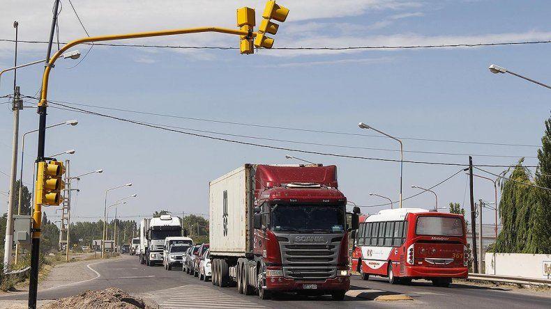 Caos de tránsito y largas filas por el semáforo en el cruce de Ruta 151 y Mariano Moreno
