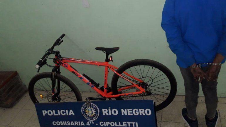 Le robaron la bicicleta y persiguió a los ladrones hasta que la Policía detuvo a uno de ellos