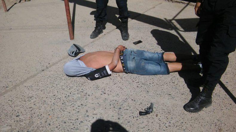 Detienen a joven armado en medio de una brutal pelea