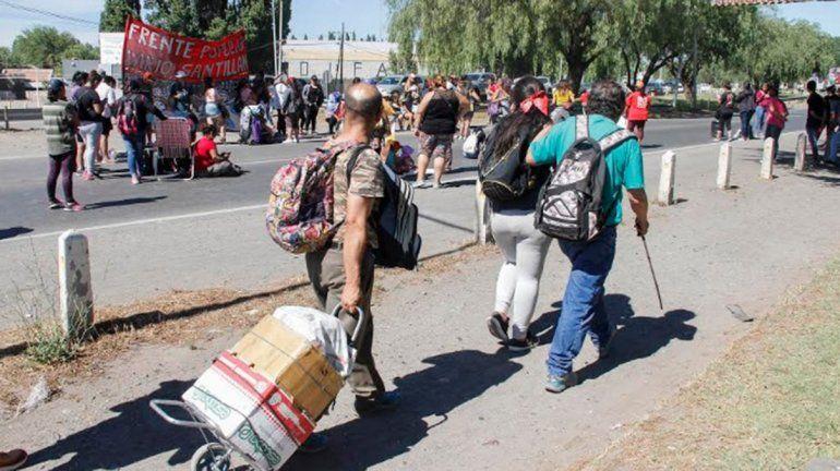 Movimientos sociales cortan el puente carretero que une Cipolletti con Neuquén