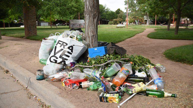 Alcohol, peleas y ahora también sexo en la plaza del barrio El Manzanar