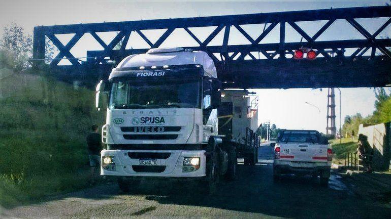 Ni los semáforos colgantes del puente ferroviario impidieron que otro camión quede atascado