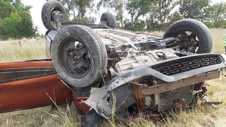 Perdió el control del auto y volcó: Bomberos tuvieron que rescatar al conductor