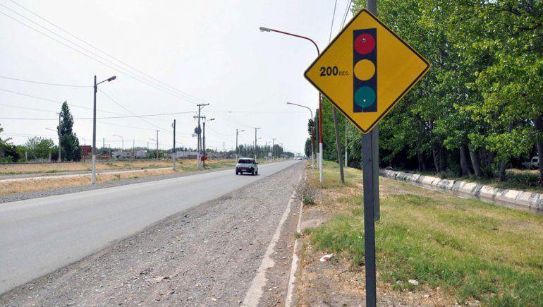Tránsito analiza cambios en carteles viales y semáforos