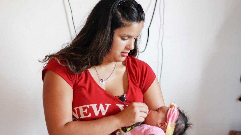 Una adolescente parió a su beba en el baño del hospital