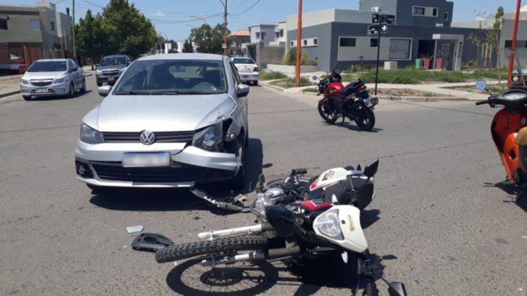 Un joven motociclista terminó hospitalizado tras un brutal accidente de tránsito