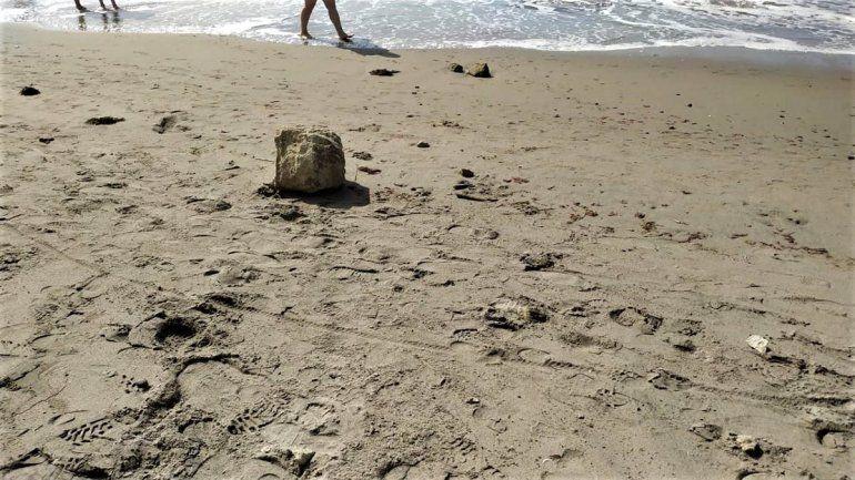 Un derrumbe en la playa de Las Grutas causó susto entre los turistas.