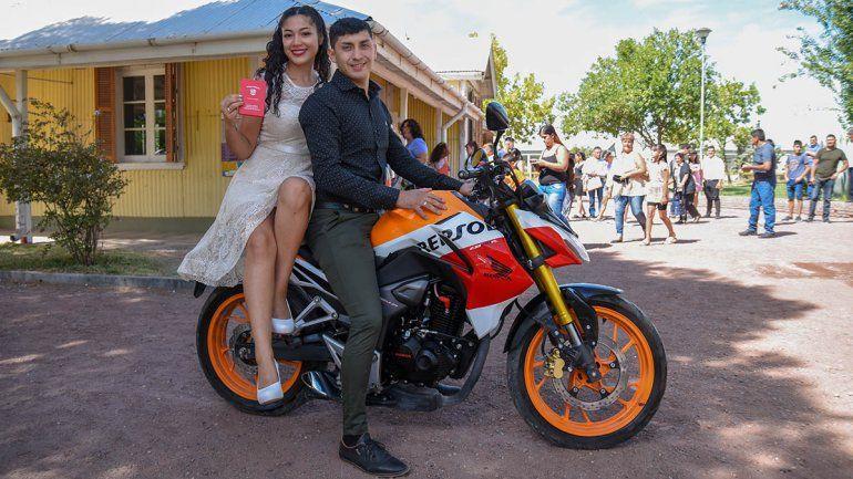 Nair y Daniel llegaron en moto a casarse.