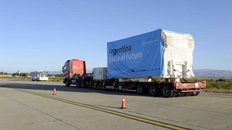 Así trasladaron el Saocom IB desde el Invap al aeropuerto de Bariloche.