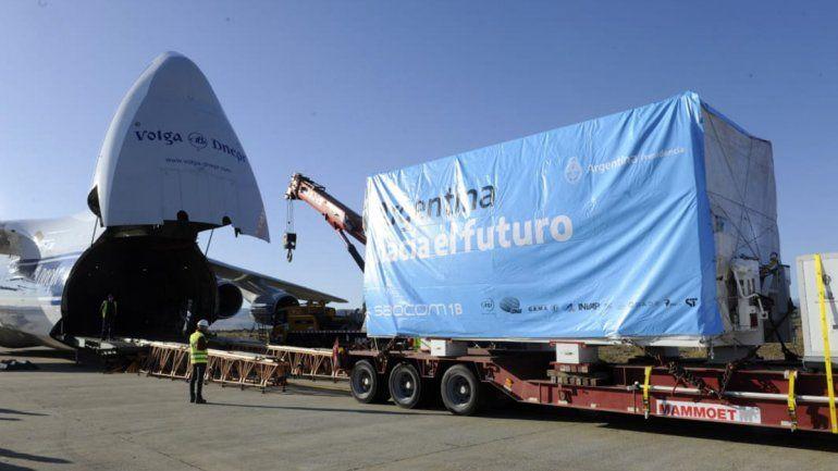 Así cargaban el Saocom 1B en el avión Antonov.