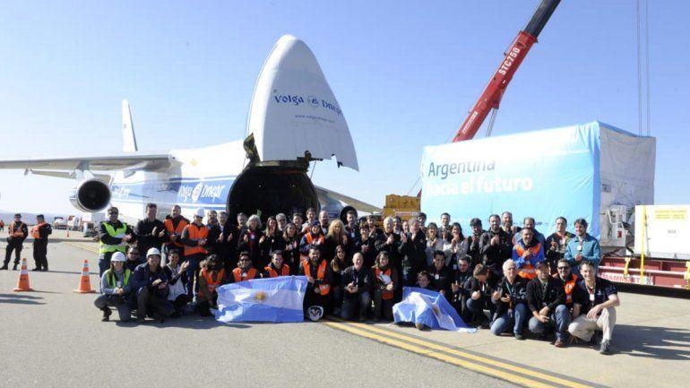 Todos los trabajadores que participaron de la construcción del satélite lo despidieron en el aeropuerto.
