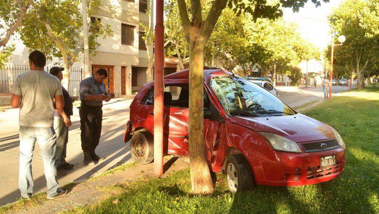 Dos autos chocaron en la avenida y uno terminó contra un poste de luz