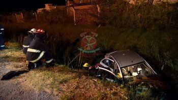 Feriado accidentado: un auto cayó al desagüe y otro volcó