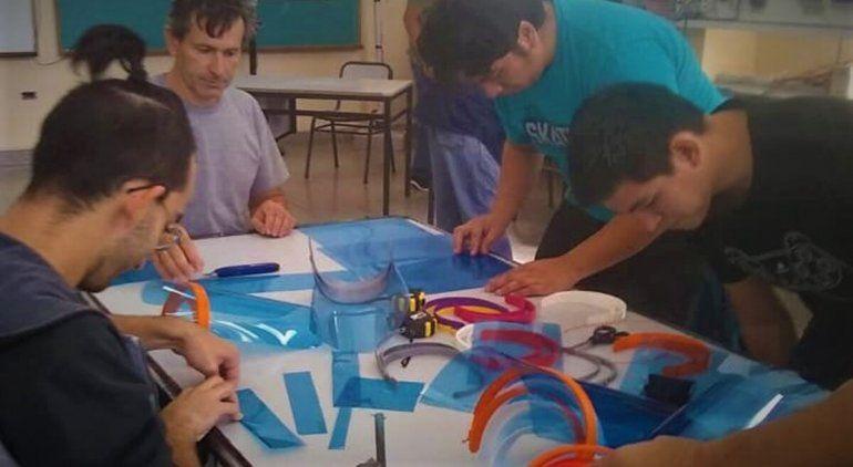 Estudiantes de San Antonio fabrican máscaras para hospitales