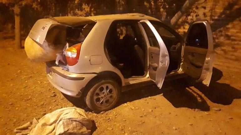 Robaron un auto y chocaron contra un paredón tras persecución de película