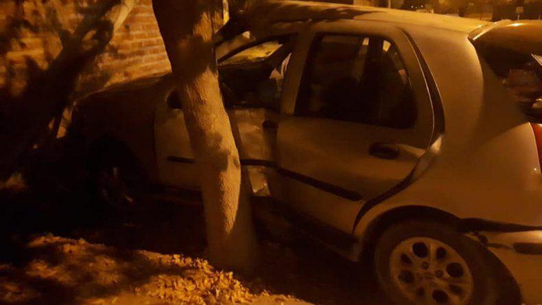 Robaron un auto y chocaron contra un paredón tras una persecución