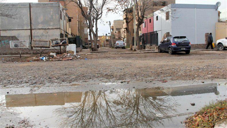 En plena pandemia, conviven con aguas servidas frente a sus casas