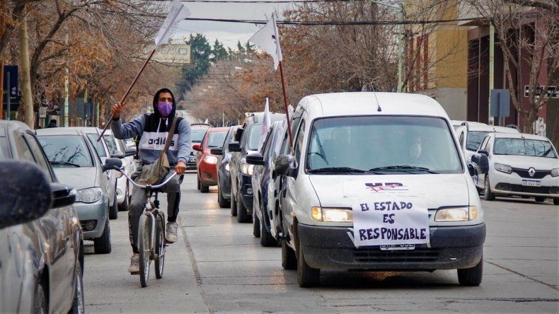 Multitudinaria caravana de docentes y vecinos del Barrio Obrero
