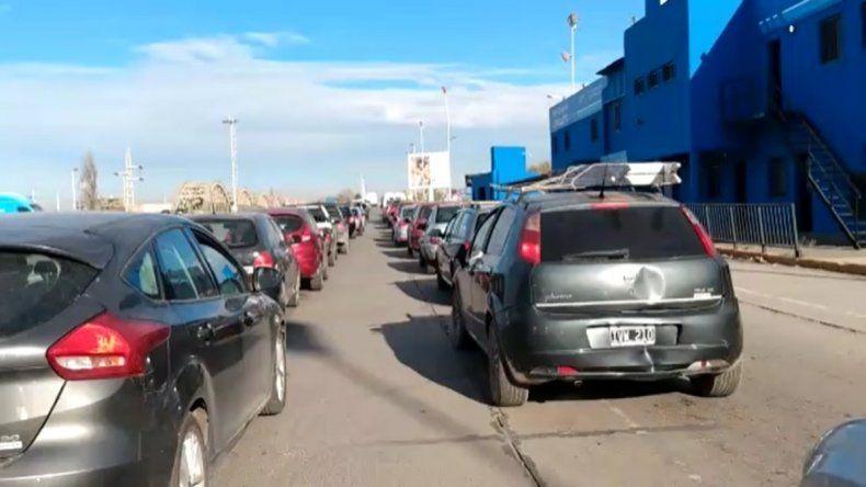 Reclaman que agilicen el tránsito en el puente para ingresar a Neuquén