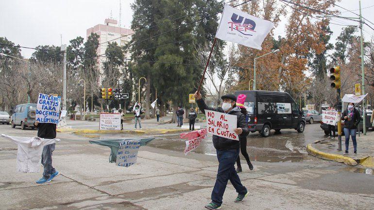 Docentes arrancaron la semana de protestas con un semaforazo