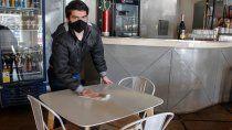 abren los bares con fuertes restricciones