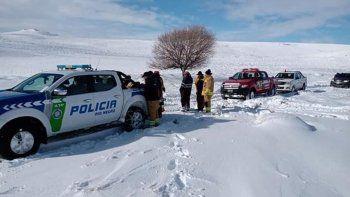 policias rescataron a cuatro personas aisladas en un campo