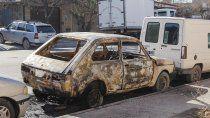 sugestivo incendio destruyo un auto afuera de un taller