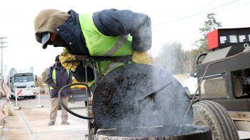 reparan las calles minadas de baches