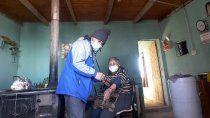 la historia del agente sanitario de mamuel choique que asiste a vecinos en moto