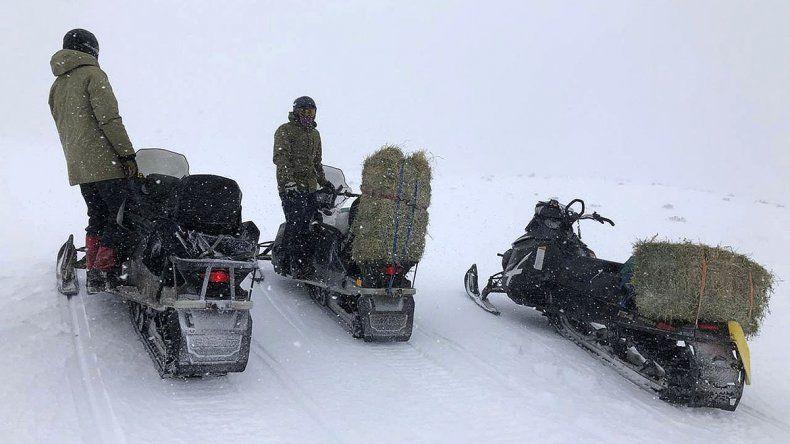 Fundamental tarea con las motos de nieve para llegar a los pobladores más alejados