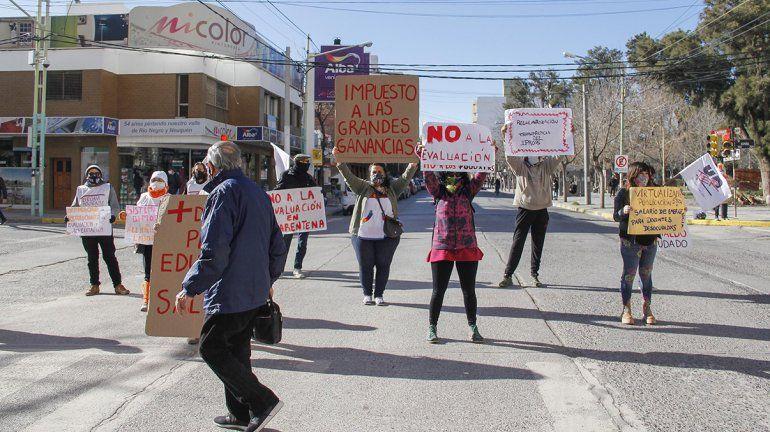 Docentes se manifestaron con un semaforazo y guardapolvazo