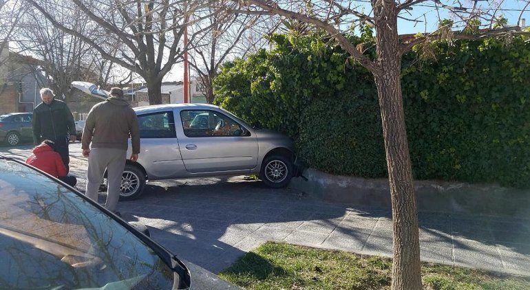 Conductor chocó y se metió al patio de una casa del centro
