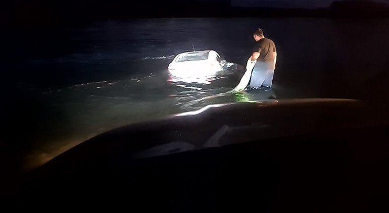 Auto con una familia adentro cayó al río Negro