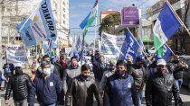 cipolletti: marcha de trabajadores de la fruta por el pago de zona