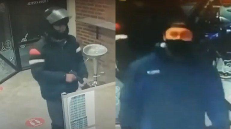 Motochorros armados asaltaron una casa de comida y quedaron grabados